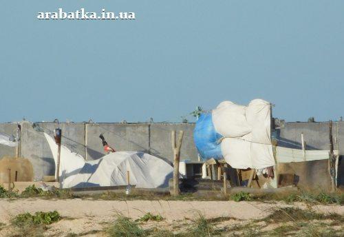 Палатки и  шалманы не дают замерзнуть  бомжам у источника