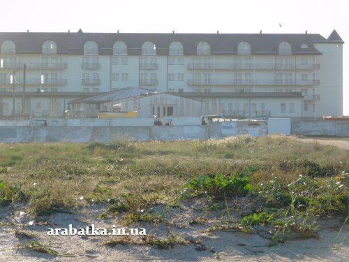 Целебный источник на фоне недостроенной клиники восстановительного лечения профессора Козявкина на Арабатской стрелке