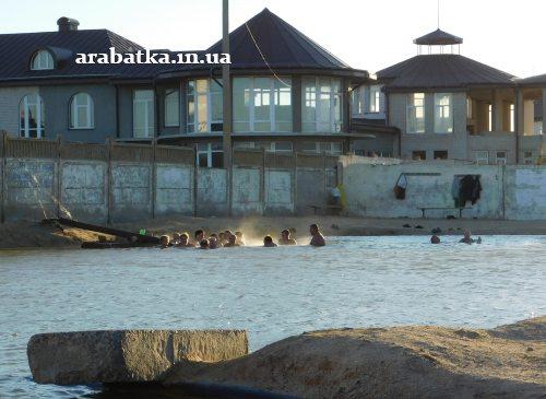 Бассейн с целебной водой горячего источника на фоне заброшенной клиники Козявкина