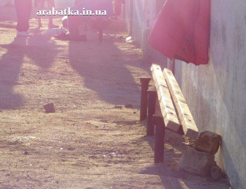 Будьте осторожны, лавочки находятся в аварийном состоянии, можно пораниться о ржавое основание и сломанное деревянное покрытие